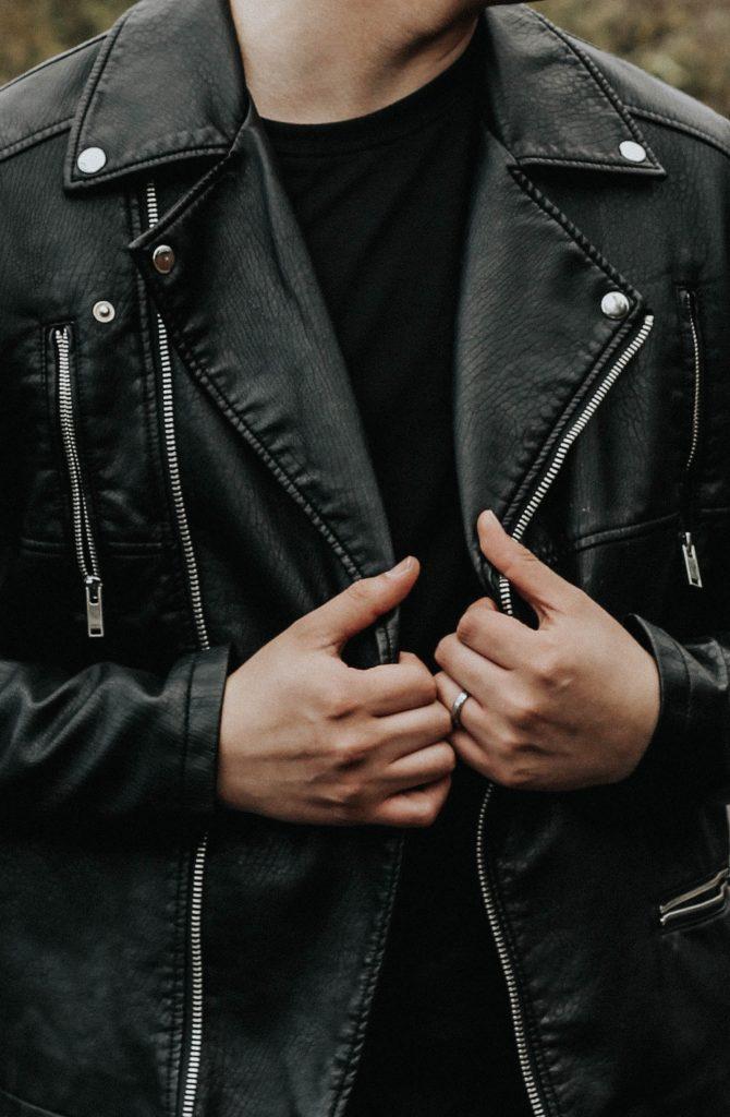 Homme look rock veste en cuir noire