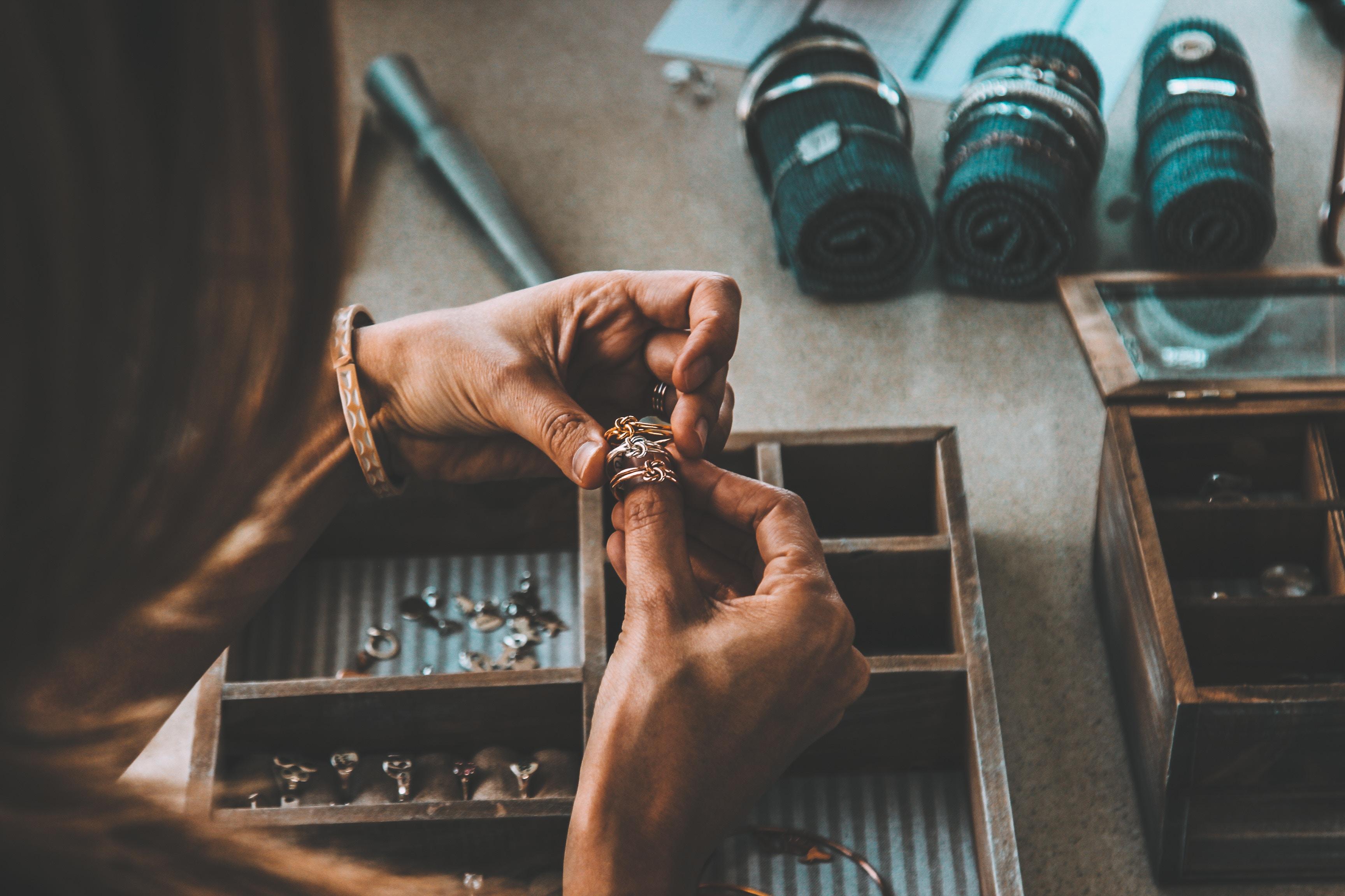 Femme triant des bijoux dans une boîte en bois