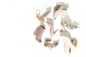Plusieurs paires de chaussures pour femme sur fond blanc