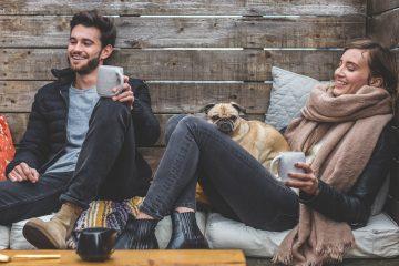 jeune homme et jeune femme assis avec un chien
