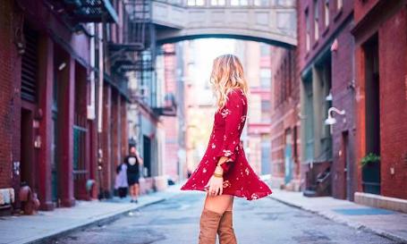 femme blonde portant une robe rouge avec des cuissardes camel