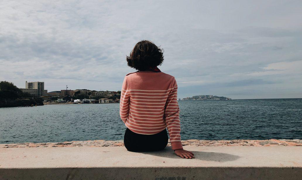 fille de dos avec une marinière rose